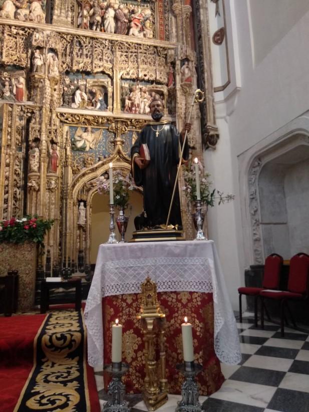 En el altar, decorado para la ocasión, estaba colocada la imagen de san Benito y el relicario del Santo que se conserva en el Monasterio.