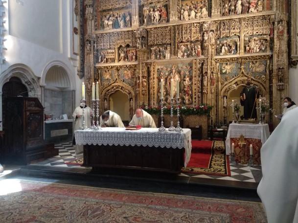 Los celebrante acceden al altar y los concelebrantes se sitúan en las sillerías laterales