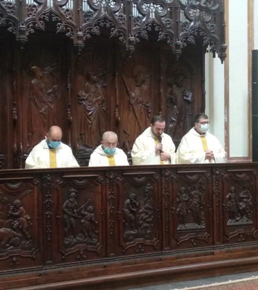 Los sacerdotes participan en los momentos de la Eucaristía