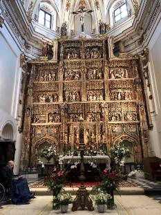 Altar mayor decorado para los actos litúrgicos